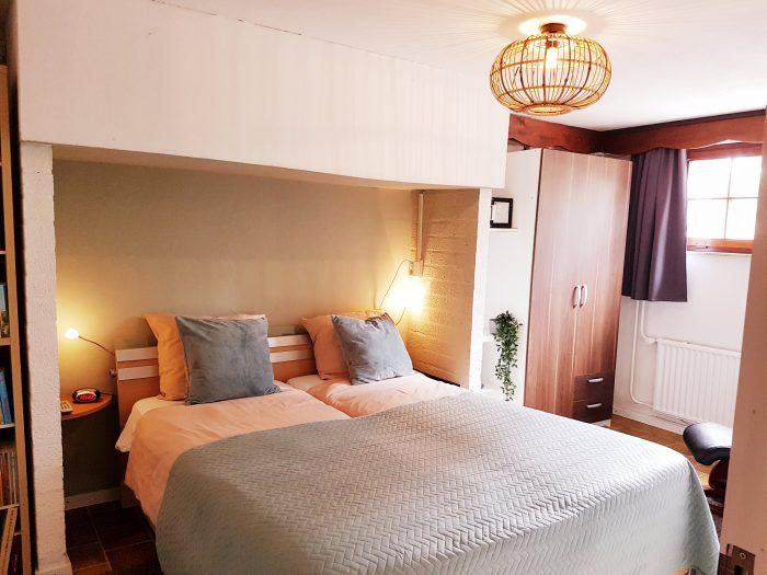 grote slaapkamer met raam