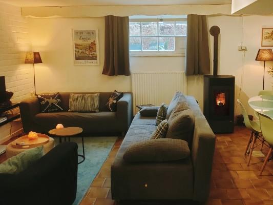 woonkamer met zithoek en eethoek in vakantiehuis limburg