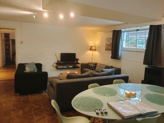 woonkamer met eethoek en zithoek in vakantiehuis